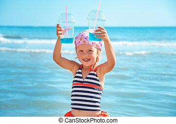 feliz, niña, en, traje de baño, con, dos, azul, cóctel, en, el, playa., summer., vacation., sea., ocean.