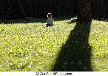 feliz, niña, sentar césped