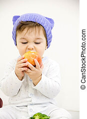 feliz, niño, bebé, chico que sienta, en, pañal, y, comida, manzana verde, ojos azules, el mirar, el, esquina, aislado, en, un, fondo blanco