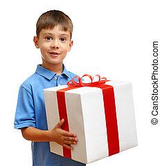 feliz, niño, con, caja obsequio, aislado, blanco, plano de fondo