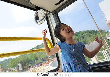 feliz, niño, en, autobús
