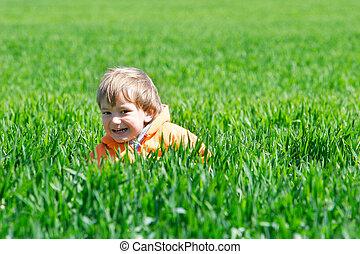 feliz, niño, en, hierba verde