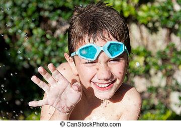 feliz, niño, en, verano, con, agua
