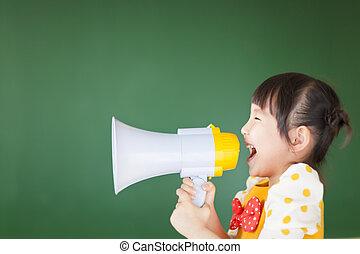feliz, niño, gritos, algo, en, el, megáfono