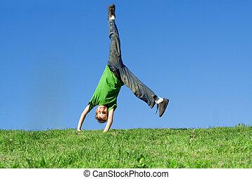 feliz, niño, hacer, voltereta lateral, en, verano