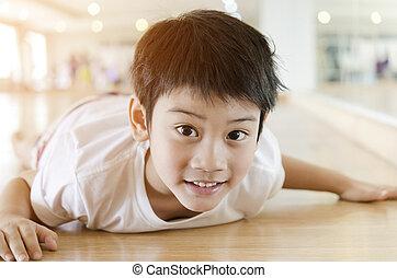 feliz, niño joven, con, sonrisa, en, el suyo, cara