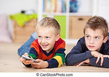 feliz, niño joven, utilizar, un, mando a distancia