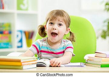 feliz, niño, libro de lectura, en la mesa, en, guardería...