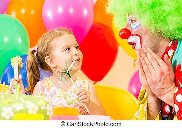 feliz, niño, niña, con, payaso, en, fiesta de cumpleaños