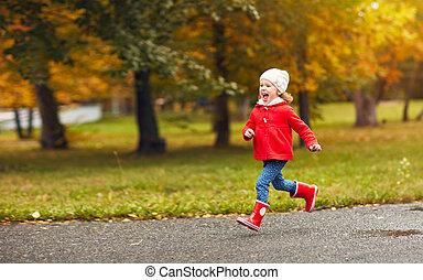 feliz, niño, niña, corriente, en, naturaleza, en, otoño, después de lluvia