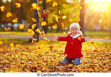 feliz, niño, niña, reír, y, juego, hojas, en, otoño