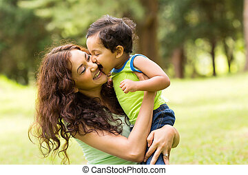 feliz, niño pequeño, besar, madre