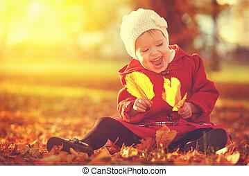 feliz, niño pequeño, nena, reír, y, juego, en, otoño