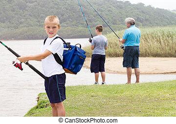 feliz, niño pequeño, pesca, con, familia