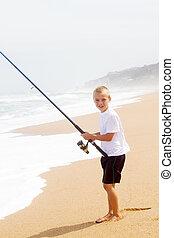 feliz, niño pequeño, pesca, en, playa