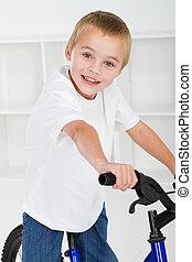 feliz, niño pequeño, sentado, en, bicicleta