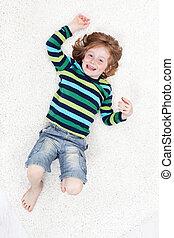 feliz, niño pequeño, tener diversión, sobre el piso