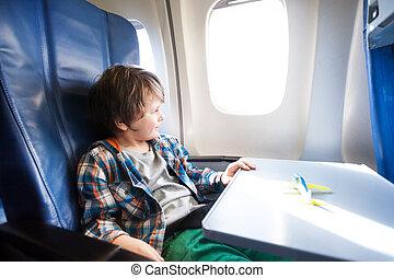 feliz, niño, sentarse, en, avión, con, modelo del juguete, en, tabla