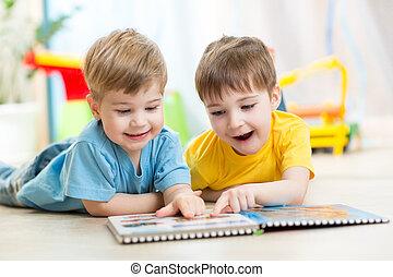 feliz, niños, amigos, lectura, juntos