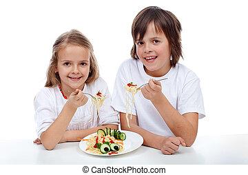 feliz, niños comer, pastas