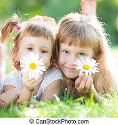 feliz, niños, con, flores