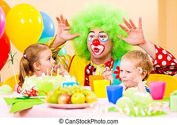 feliz, niños, con, payaso, en, fiesta de cumpleaños