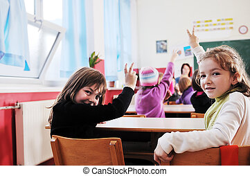 feliz, niños, con, profesor, en, escuela, aula