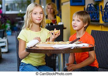 feliz, niños, dentro, comer pizza, sonriente