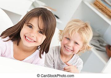 feliz, niños, el sentarse en una tabla, en la cocina
