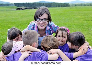 feliz, niños, grupo, con, profesor, en, naturaleza