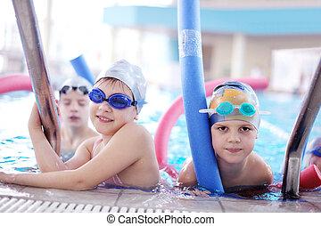 feliz, niños, grupo, en, piscina