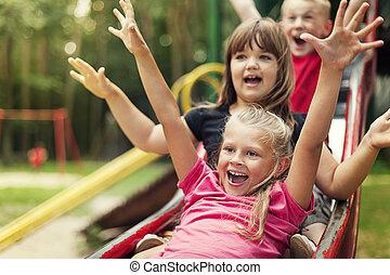 feliz, niños, juego, en, diapositiva