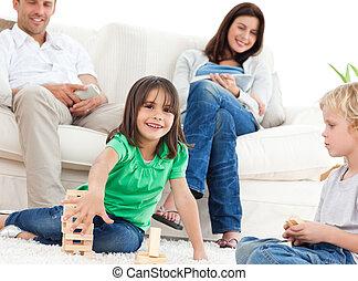 feliz, niños jugar, con, dominós, en, el, sala