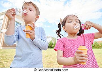 feliz, niños, perder burbujas