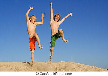 feliz, niños, saltar, en, verano, vacaciones de playa