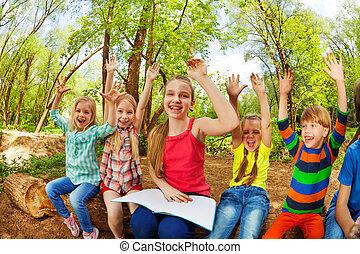 feliz, niños, tener diversión, leer un libro, en, el, bosque