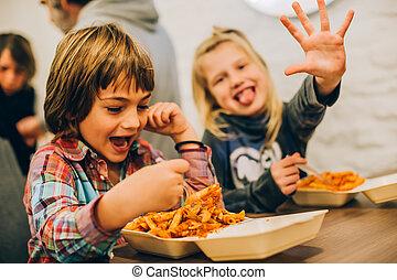 feliz, niños, tener diversión, mientras, comida, espaguetis, pastas