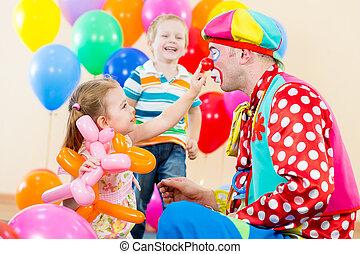 feliz, niños, y, payaso, en, fiesta de cumpleaños