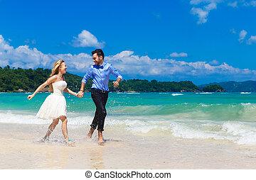 feliz, noiva noivo, tendo divertimento, ligado, um, praia tropical