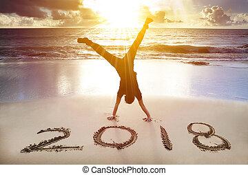 feliz, novo, 2018, homem, handstand, conceito, praia., ano