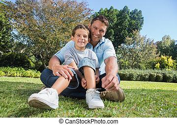 feliz, padre, con el niño, en, un, parque