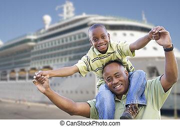 feliz, padre e hijo, delante de, vaya barco