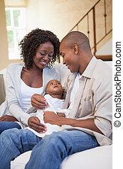 feliz, padres, gasto, tiempo, con, bebé, sofá