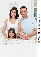 feliz, padres, posar, con, su, niños, en la cocina