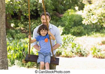 feliz, pai, empurrar, menino, ligado, balanço