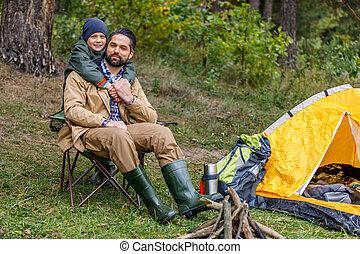 feliz, pai filho, em, acampamento