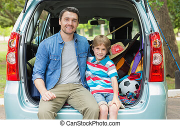 feliz, pai filho, sentando, carro, tronco