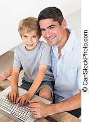 feliz, pai filho, usando computador portátil