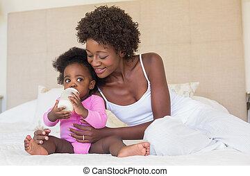 feliz, pais, com, menina bebê, ligado, seu, cama