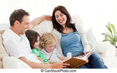 feliz, pais, olhar, um, álbum foto, com, seu, crianças